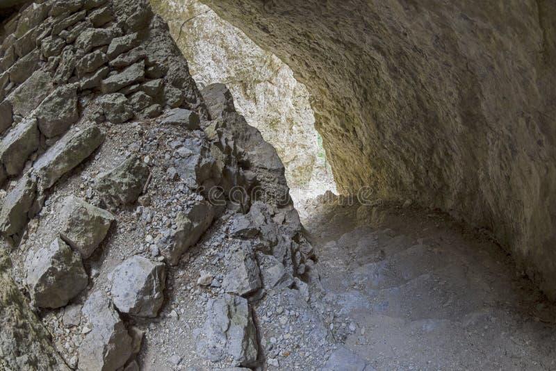 在岩石的空隙的螺旋形楼梯 库存图片