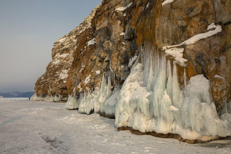 在岩石的美好的冰柱 冬天风景在贝加尔湖 库存图片