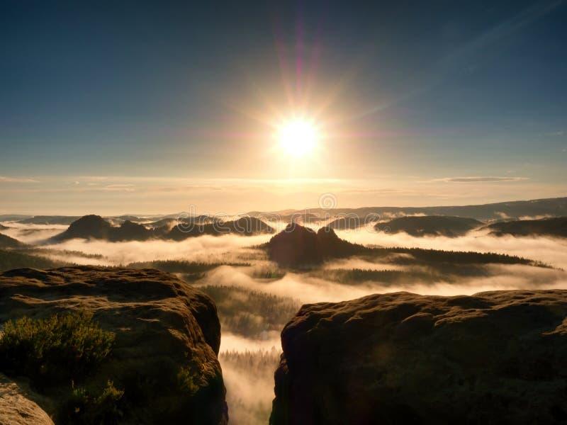 在岩石的美妙的晴朗的早晨 室外的活动 在谷的秋天雾 库存图片