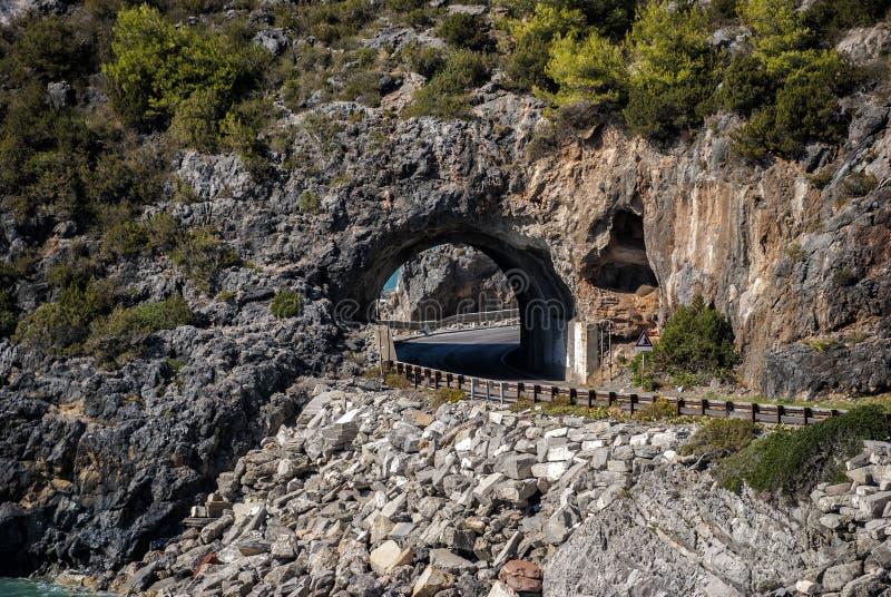 在岩石的自然隧道,从卡梅罗塔村庄小游艇船坞, Ita 免版税图库摄影