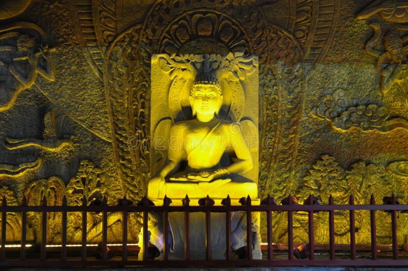 在岩石的菩萨雕象 库存照片
