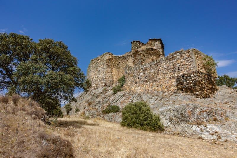 在岩石的被破坏的晨曲城堡反对蓝天 库存图片