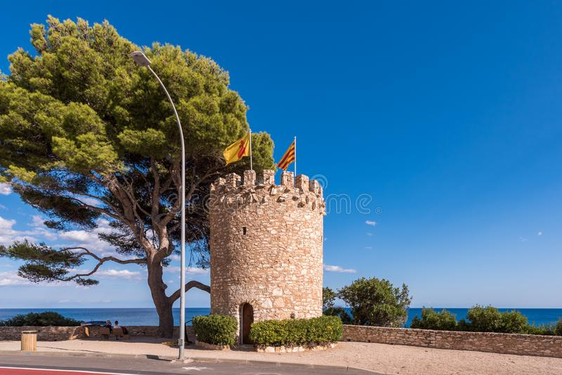 在岩石的观测塔在迈阿密Platja,塔拉贡纳, Catalunya,西班牙 复制文本的空间 免版税图库摄影
