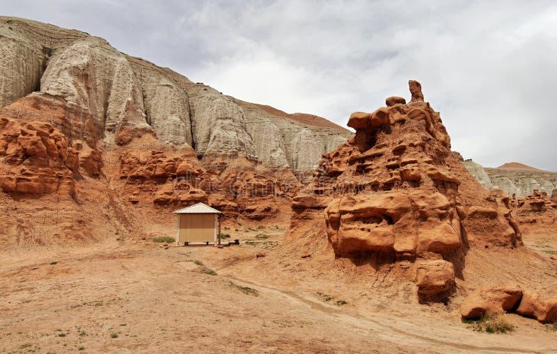 在岩石的阵营风雨棚 图库摄影