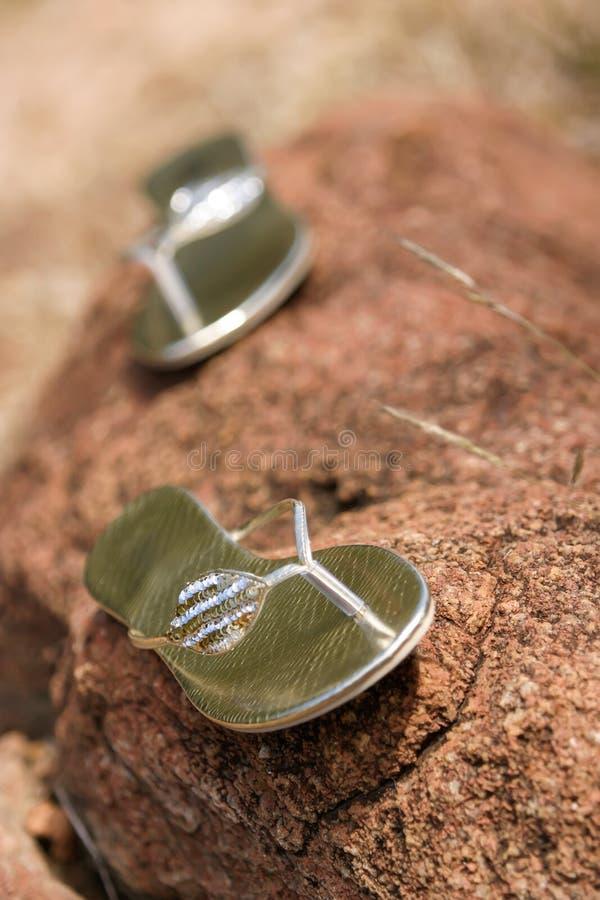 在岩石的鞋子 库存图片