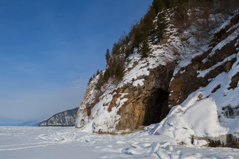 在岩石的洞与冰柱 美好的冬天风景在贝加尔湖 库存图片
