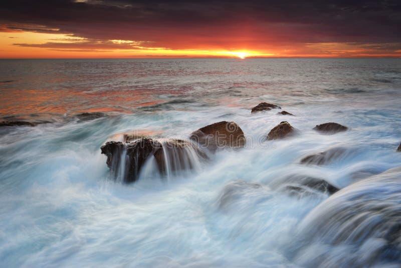 在岩石的OceanwWaterfalls 库存图片