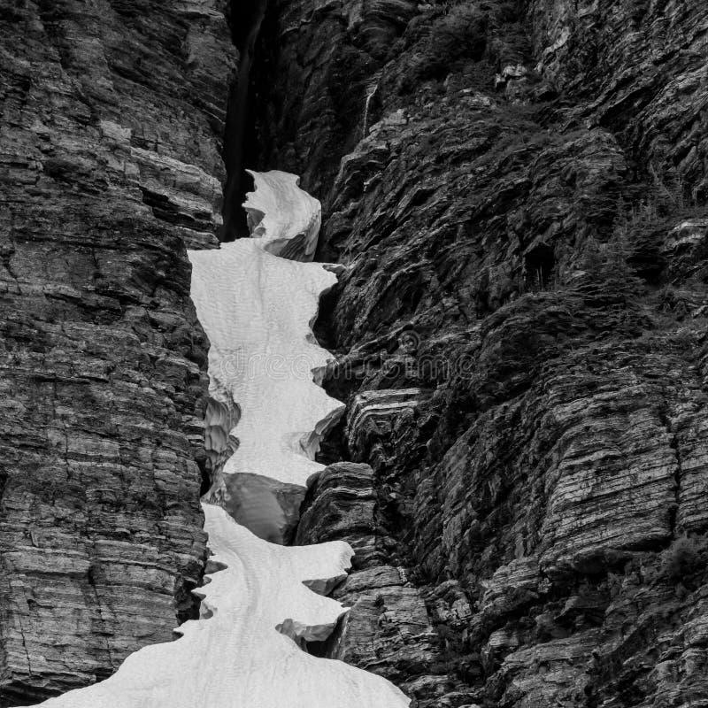 在岩石裂隙暂停的冰 库存照片