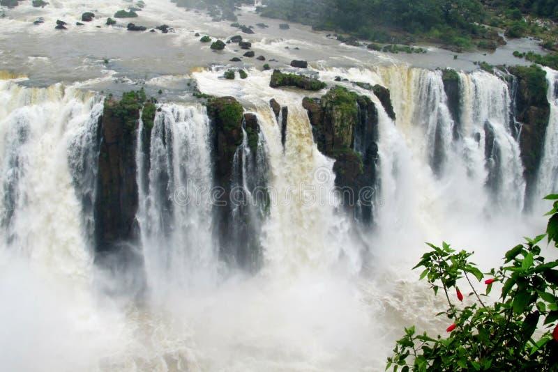 在岩石跑的美丽的瀑布浪花 免版税库存图片