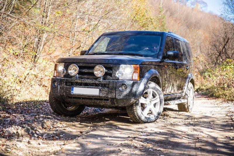在岩石路的SUV 免版税库存照片