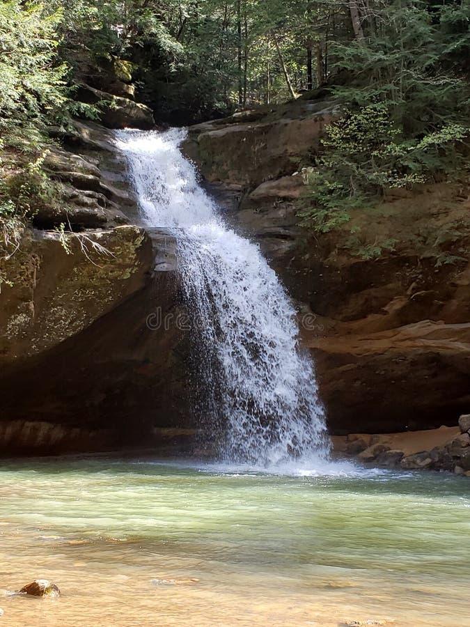 在岩石露出旁边的瀑布 库存照片
