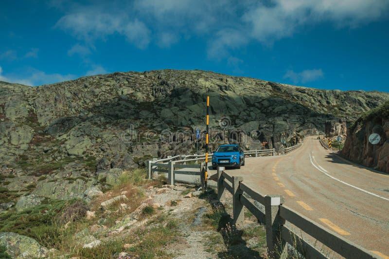 在岩石风景的路旁停车场 库存照片