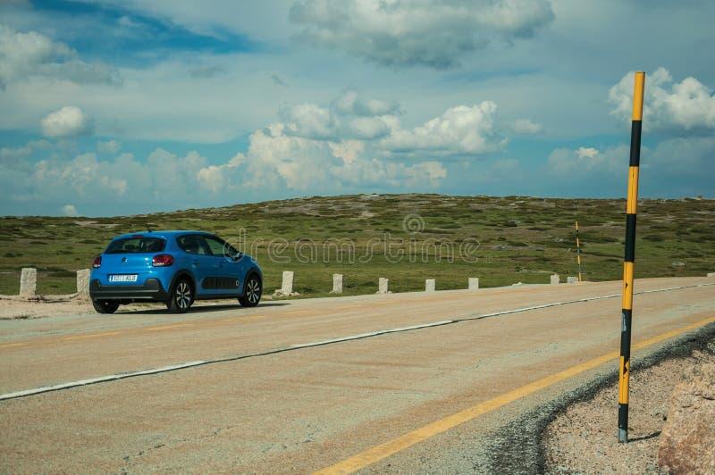在岩石风景的路旁边停车场 免版税图库摄影