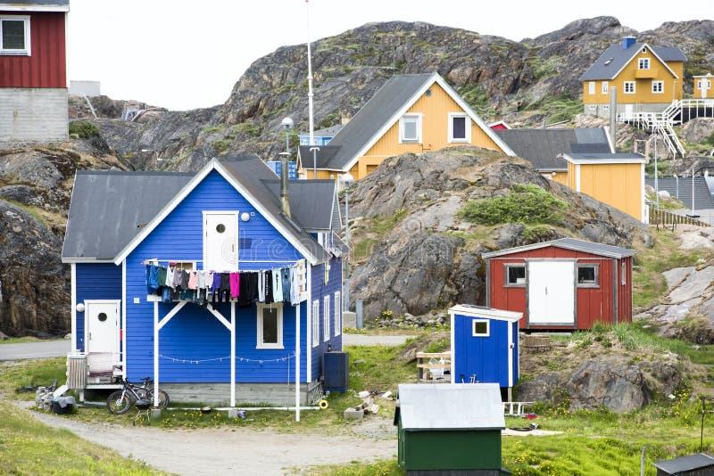 在岩石,西西缪特之间的格陵兰房子 库存照片