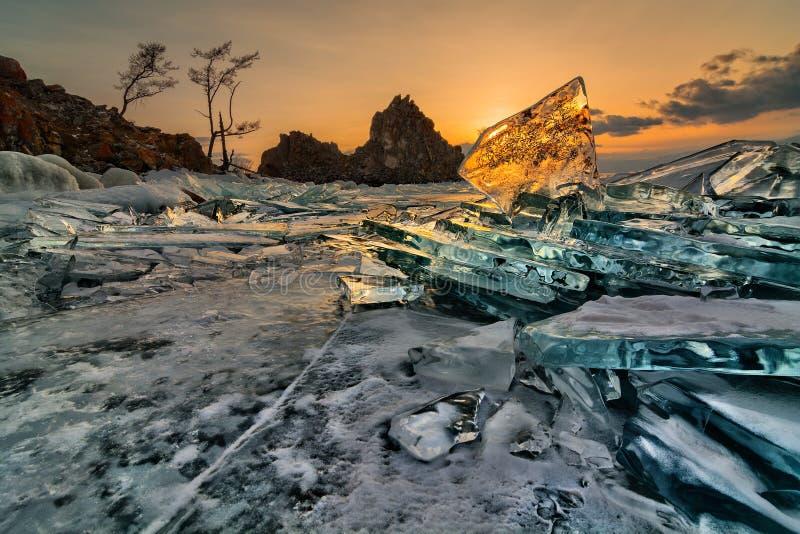 在岩石Shamanka的透明贝加尔湖冰 库存照片