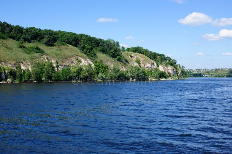 在岸伏尔加河的美丽的景色 免版税库存图片