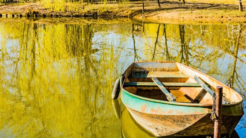 在岸停住的小船在湖在公园中间, 免版税库存照片
