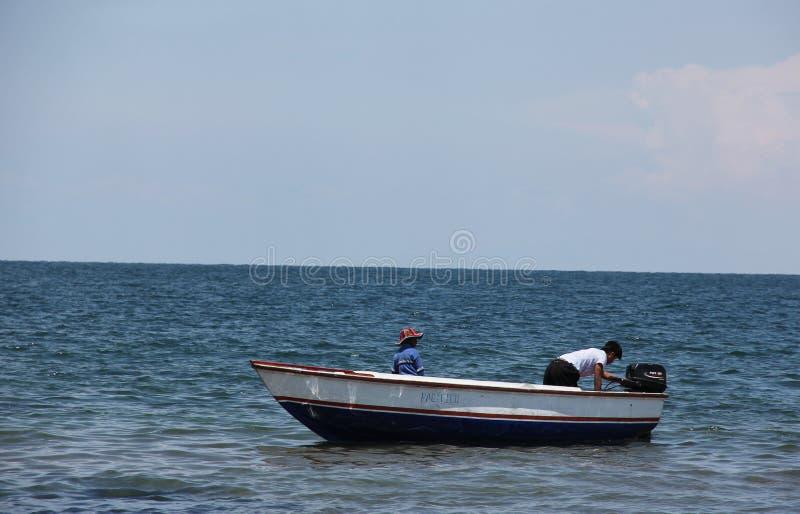 在岸的一木渔船 免版税库存图片