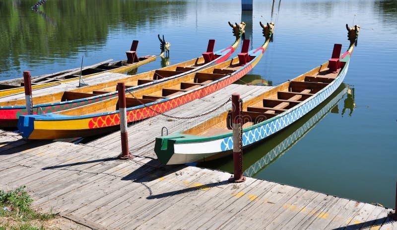 在岸的中国传统龙小船中止 免版税库存照片