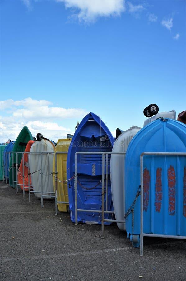 在岸的五颜六色的小的划艇 免版税库存照片