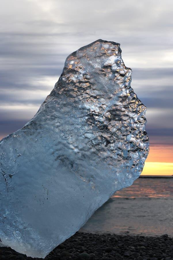 在岸的冰川在日落 ?? 免版税图库摄影