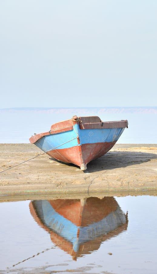 在岸的小船 免版税库存照片