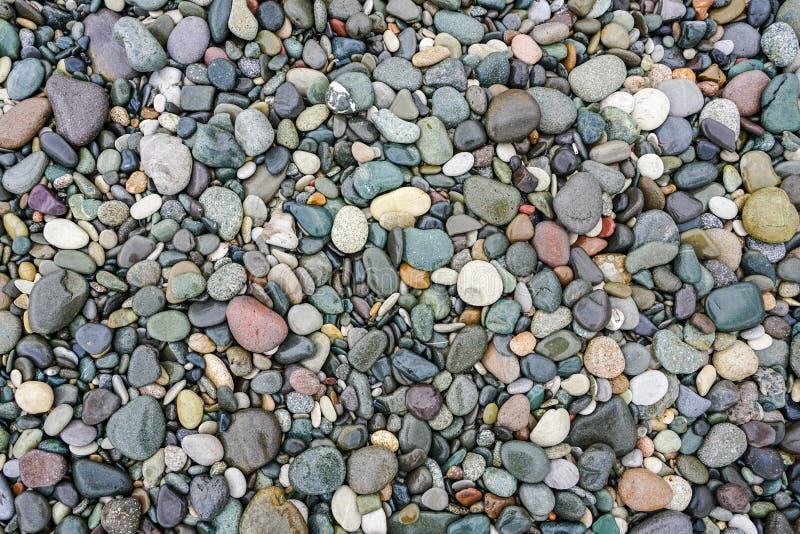 在岸的很多色的小卵石天然材料背景的  图库摄影