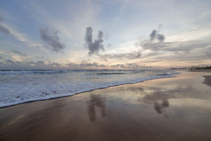 在岸的日落 库存照片