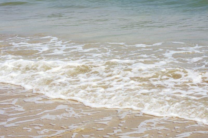 在岸的波浪 免版税库存图片