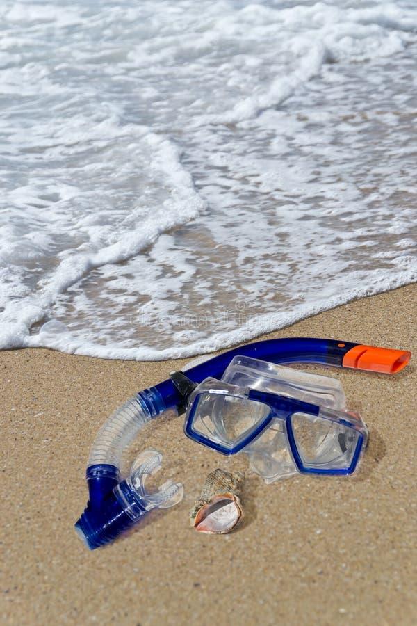 在岸的潜水屏蔽和废气管 免版税图库摄影