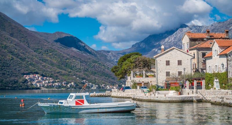 在岸的私有汽艇在Perast镇 免版税库存图片