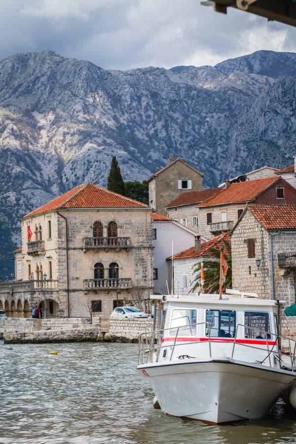 在岸的私有汽艇在Perast镇 免版税库存照片