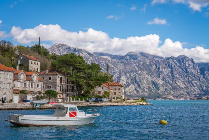 在岸的私有汽艇在Perast镇 免版税图库摄影