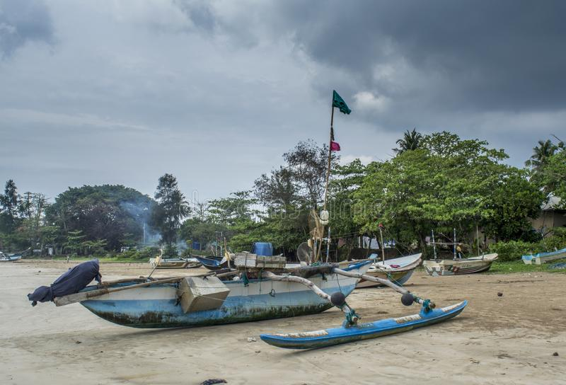 在岸的老木渔船在海滩 免版税库存图片