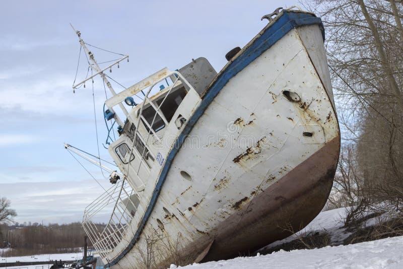 在岸的老船 免版税图库摄影