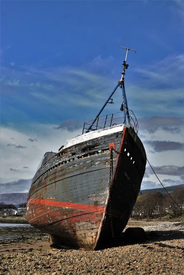 在岸的老船 库存照片