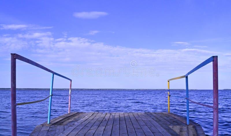 Download 在岸的跳船在好天气 库存图片. 图片 包括有 码头, 葡萄酒, 木头, 启发, 严重, 天气, 云彩, 横向 - 72353535