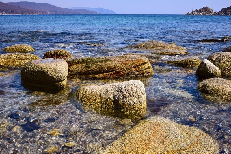 在岸8的岩石 库存照片