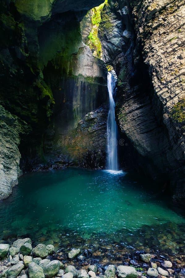 在峡谷掩藏的美丽的Kozjak瀑布在科巴里德附近在斯洛文尼亚 免版税图库摄影