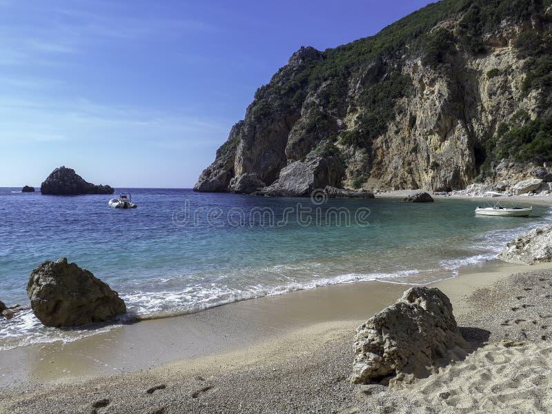 在峭壁中的孤立海滩在科孚岛希腊海岛上  免版税图库摄影