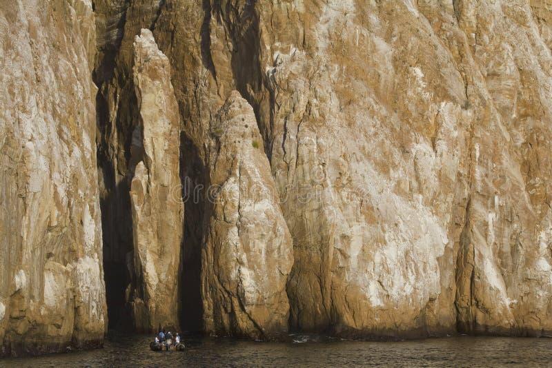 在峭壁巡航的加拉帕戈斯巨人游人附&# 库存图片