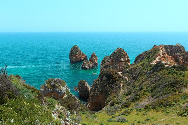 在峭壁有风景看法在绿松石海水和沿海线之间的步行足迹 免版税库存图片