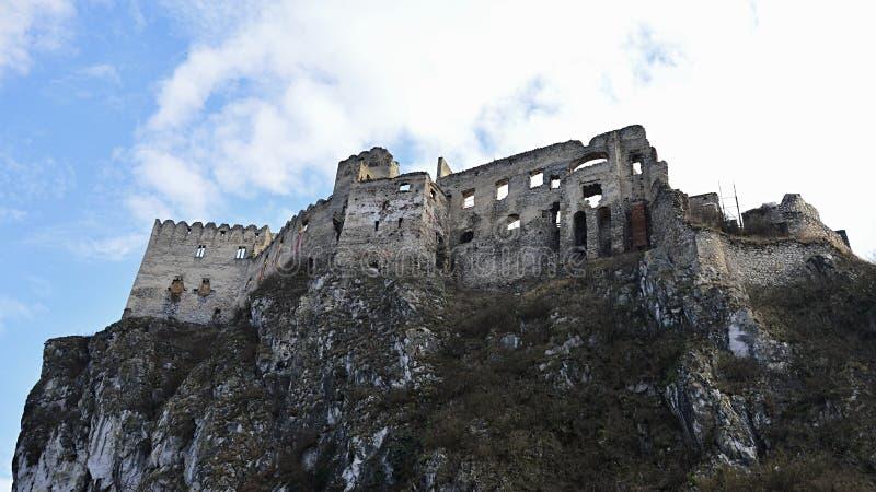 在峭壁的世袭的社会等级Beckov,从西北边,中央斯洛伐克的看法 库存图片