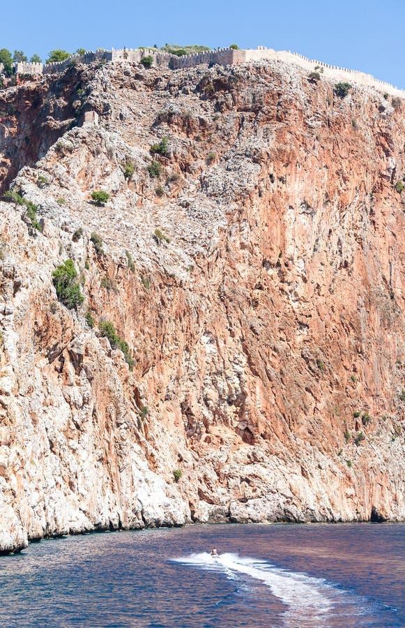 在峭壁的堡垒墙壁由海 免版税库存图片