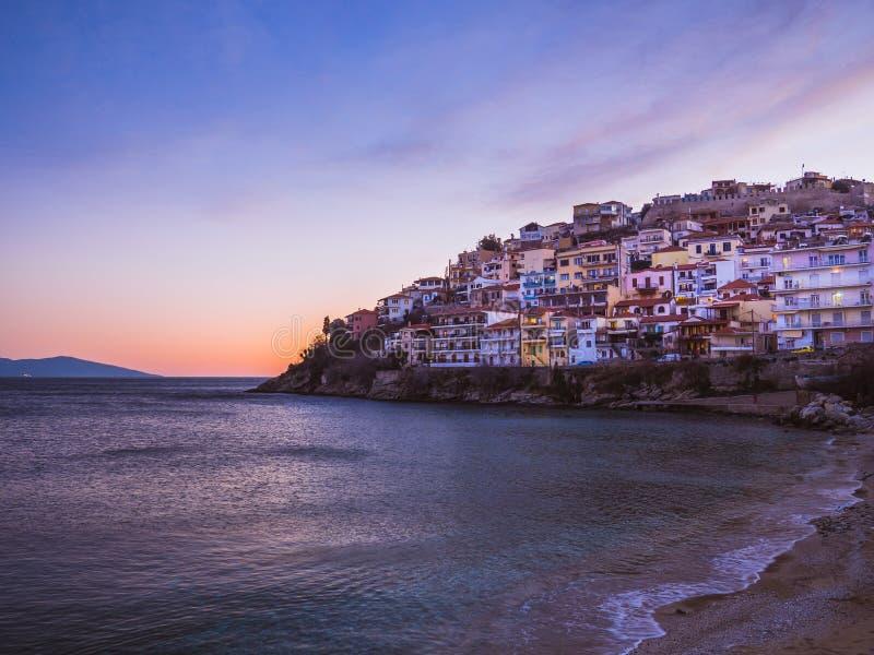 在峭壁的大厦和小山的古老堡垒在海岸线附近 库存照片