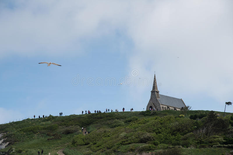 Download 在峭壁的教会在Etretat,诺曼底法国 库存照片. 图片 包括有 全景, 自然, 海岸, 岩石, 小珠靠岸的 - 72369410