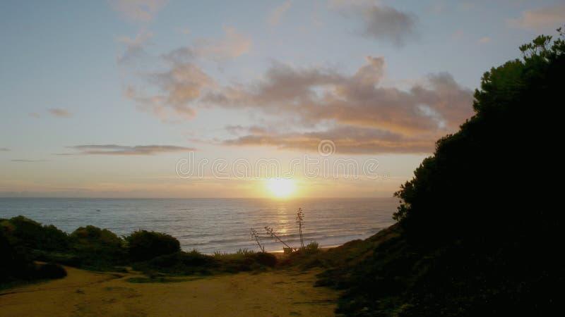 在峭壁的日落在葡萄牙 图库摄影