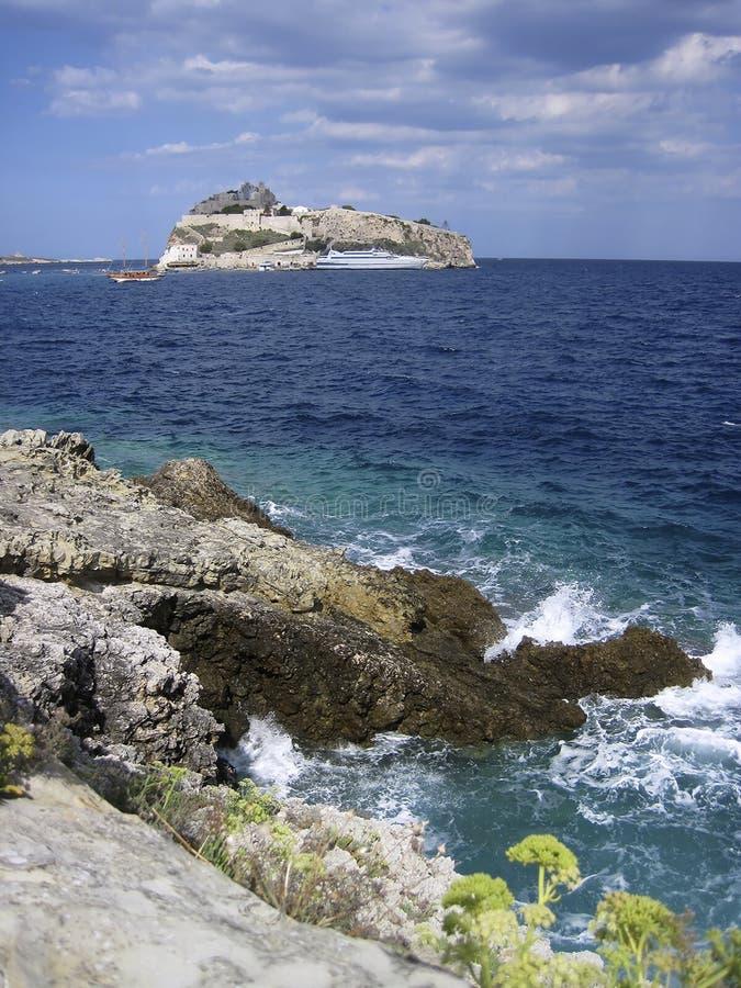 在峭壁的波浪在圣尼古拉海岛 Tremiti南部意大利群岛  免版税图库摄影