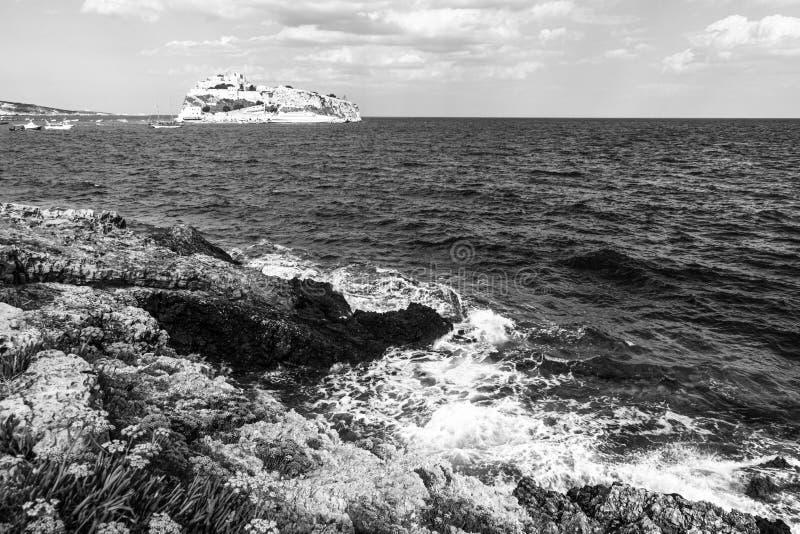 在峭壁的波浪在圣尼古拉海岛 Tremiti南部意大利群岛  库存图片