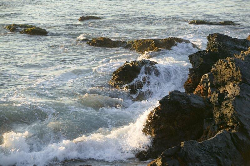 在峭壁的波浪断裂走,纽波特罗德岛州Cliffside豪宅  库存照片